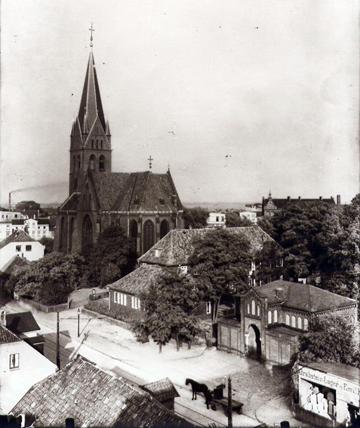 Blick auf die Johanniskirche, Pastoratshäuser und Kapelle an der Bremer Straße (Foto: Timm, 1926; Archiv Helms-Museum, Harburg)