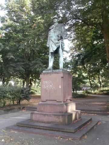 Bismarckdenkmal in der Königstraße in Hamburg-Altona von 1898 (Foto: Hinnerk11, 2013, via wikimedia commons)